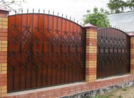 забор ковка с поликарбонатом